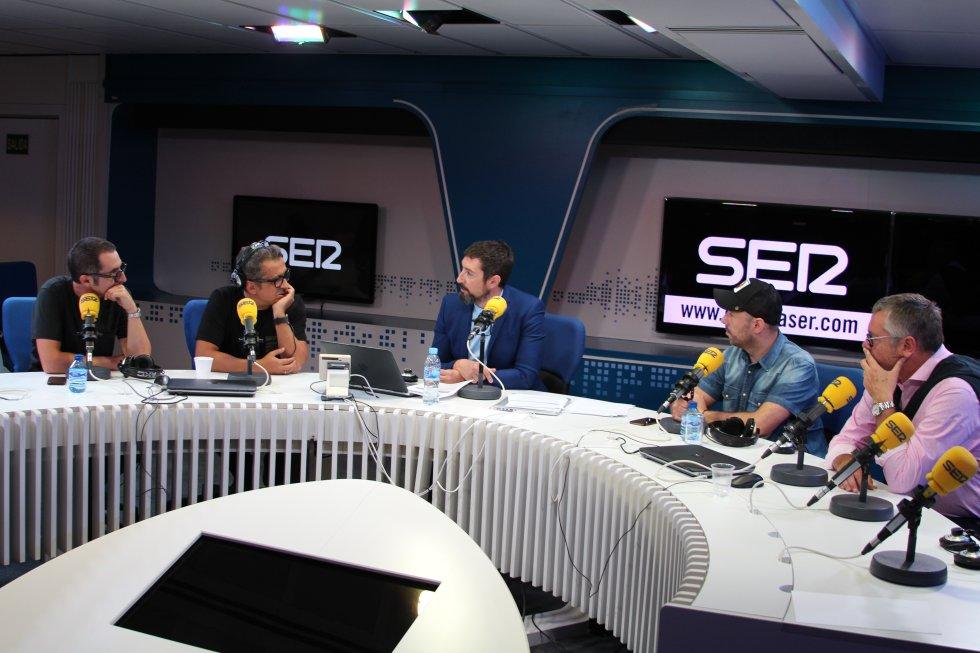 Berto Romero, Andreu Buenafuente y Toni Garrido, junto a Iñaki Urrutia, humorista de 'Carrusel Deportivo', y Michael Robinson, director de 'Acento Robinson'.