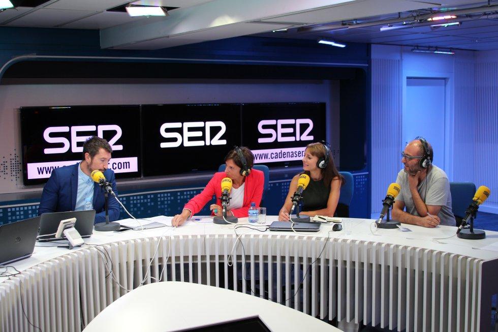 Toni Garrido charla con Esther Bazán, directora de 'Hora 14 Fin de Semana'; Macarena Berlín, directora de 'Hablar por Hablar' y Toni Martínez, de 'Todo por la radio', espacio de humor de 'La Ventana'.