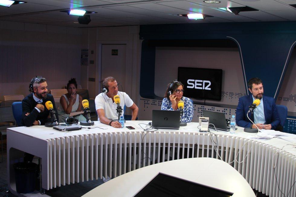 Dani Garrido, director de 'Carrusel Deportivo'; Manu Carreño, director de 'El Larguero', charlan con Toni Garrido.