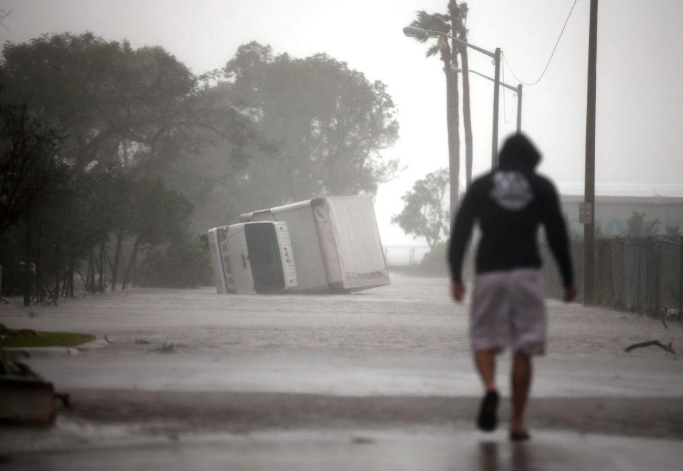 Un camión volcado tras el paso del huracán Irma por el sur de Florida, en Miami (EEUU).