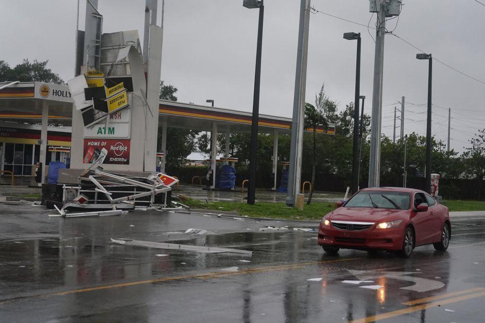 Una gasolinera destrozada por el huracán Irma en el barrio de Fort Lauderdale, en Florida (EEUU).
