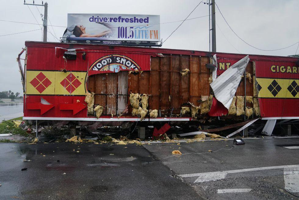 Una tienda de tabaco destrozada tras el paso del huracán Irma en Florida (EEUU).