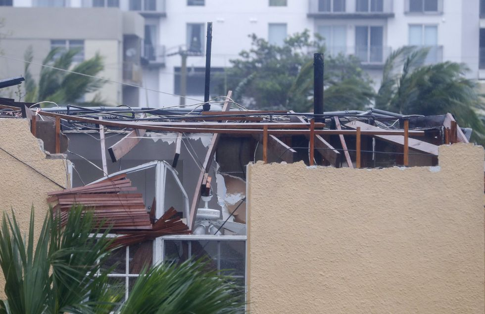 Una casa con graves daños dufridos por los efectos del huracán Irma a su paso por Miami, en Florida (EEUU).