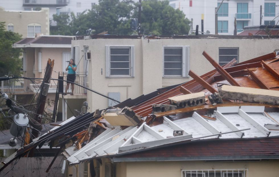Una casa sufre graves daños tras el paso del huracán Irma por Miami, Florida (EEUU)
