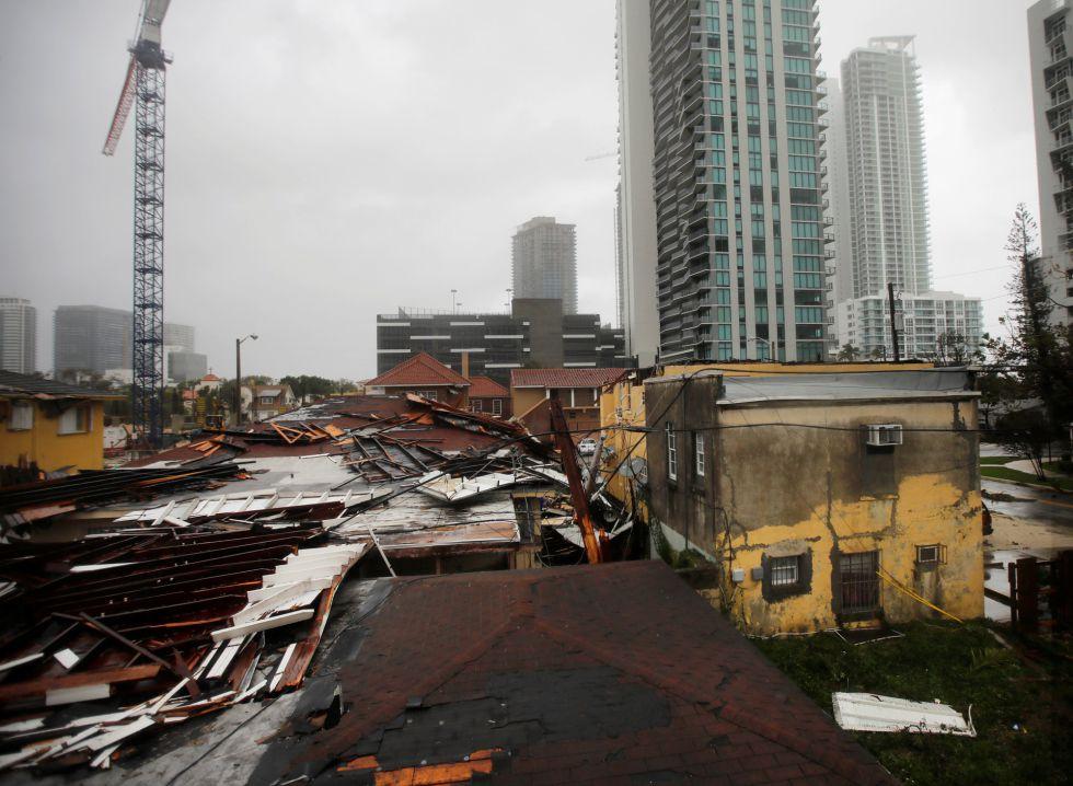 Graves daños en las azoteas de algunas casas en un barrio residencial de Miami, Florida (EEUU).