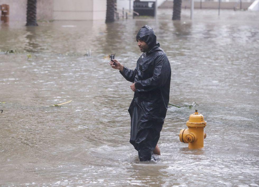 Peter Moodley graba las calles inundadas de Brickell Avenue después del paso del huracán Irma en Miami, Florida (EEUU).