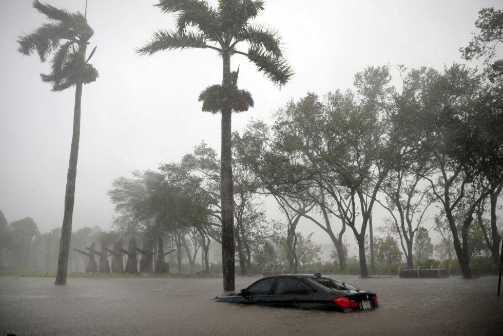Un coche atrapado en la inundación de Coconut Grove tras el paso del huracán Irma en Miami, Florida (EEUU).