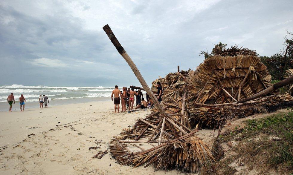 Varios turistas permanecen en la playa de Varadero dos días después del paso del huracán Irma por Cuba.