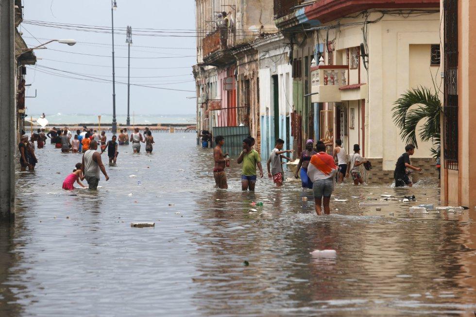 La gente vuelve a las calles de La Habana tras el paso del ciclón.