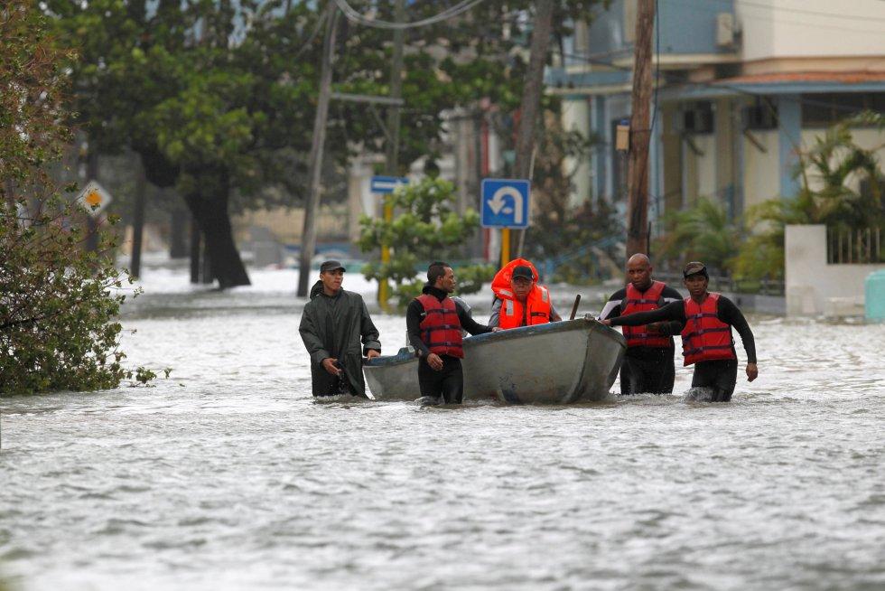 Un hombre es rescatado y evacuado de su barrio, uno de los afectados por las inundaciones provocadas por el huracán Irma.