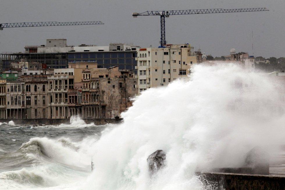 Las olas impactan contra El Malecón de La Habana.