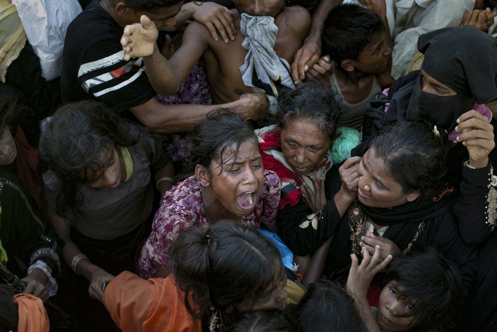 Varios camiones cargados de jabón, pañales, toallas o sandalias, entre otros suministros, atienden a los campos de refugiados para abastecer a los casi 380.000 rohinyás llegados a Bangladesh.