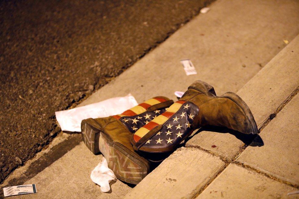 Un par de botas tiradas en la calle tras el tiroteo.