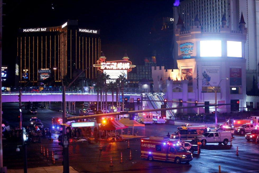Los servicios de emergencia trabajan en el cruce de Tropicana Avenue y Las Vegas Boulevard South tras el tiroteo masivo en Las Vegas.