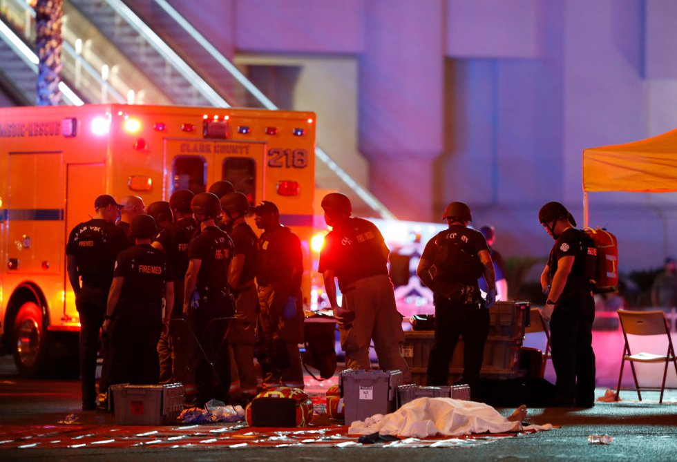 Una de las víctimas del tiroteo, cubierta con una sábana.