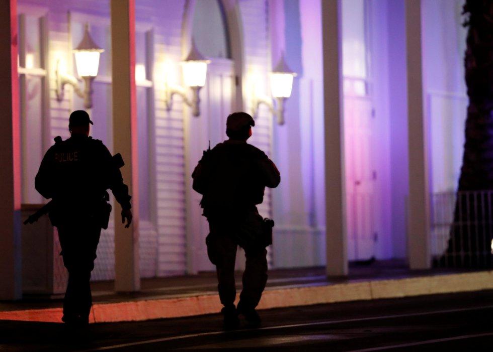 Agentes de la Policía Metropolitana patrullan en la zona del Hotel Tropicana tras el tiroteo masivo.