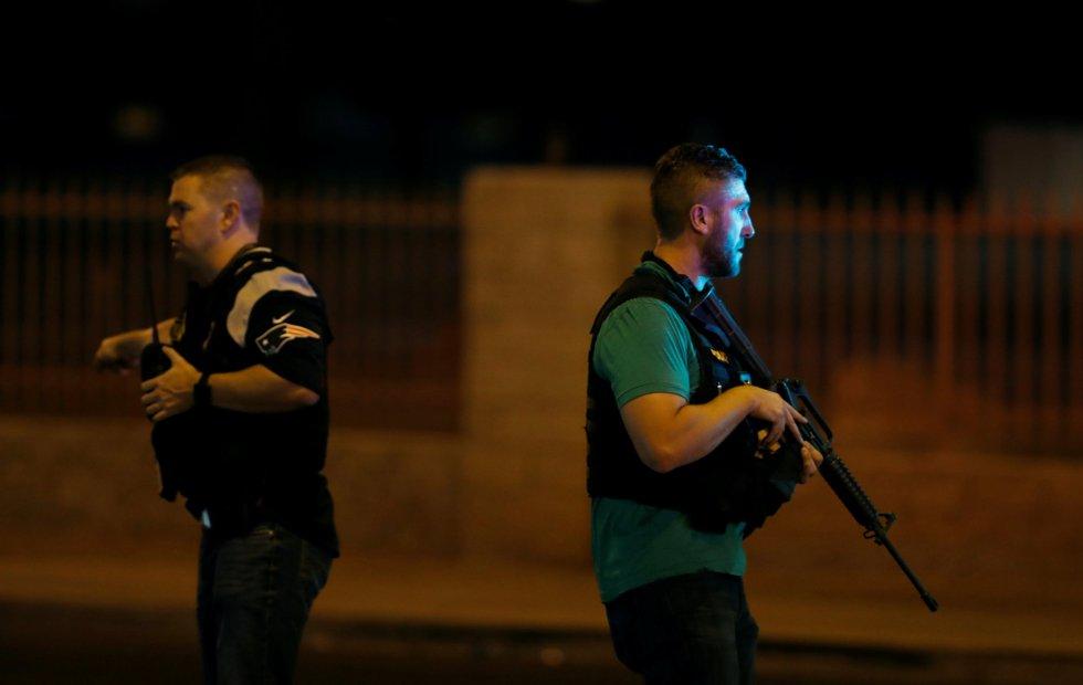 Agentes de policía patrullan en busca de pistas tras la masacre de Las Vegas.