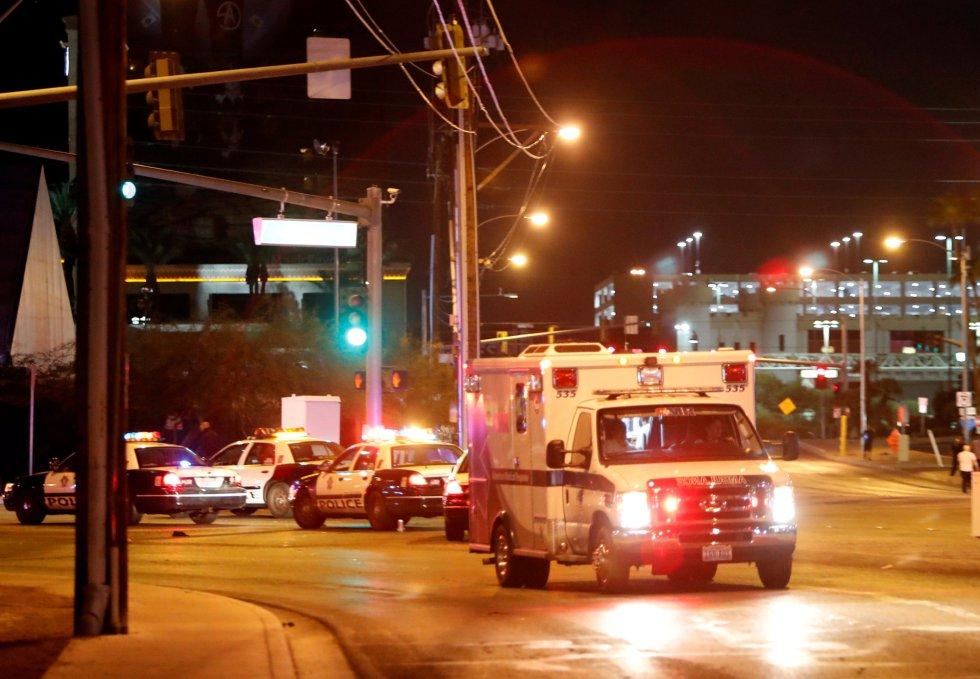 Otra ambulancia con heridos sae de la zona donde se ha producido el tiroteo.