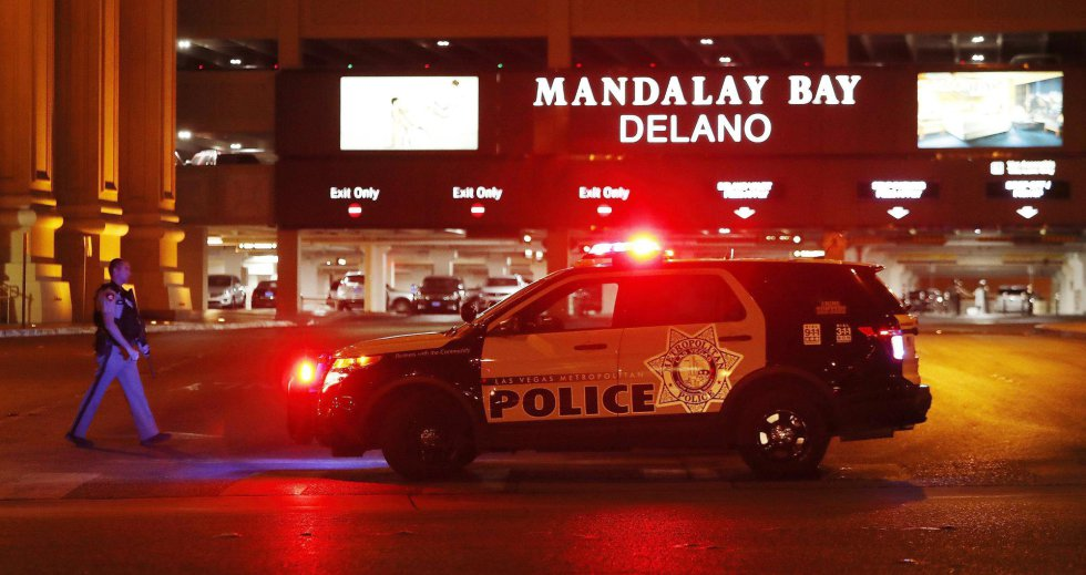 Un vehículo policial permanece a la entrada del hotel Mandalay Bay, cerca del lugar donde se produjo un tiroteo indiscriminado la pasada noche en Las Vegas.