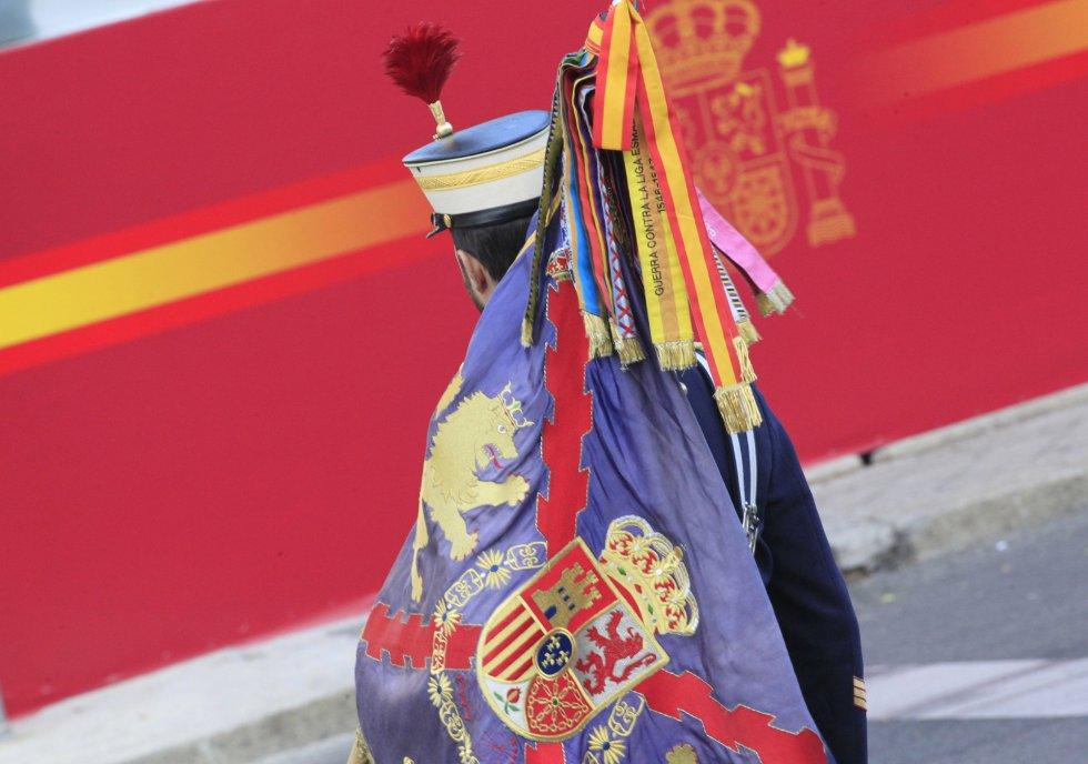 GRAUn miembro de la Guardia Real se dirige a su posición para participar en el desfile del Día de la Fiesta Nacional.