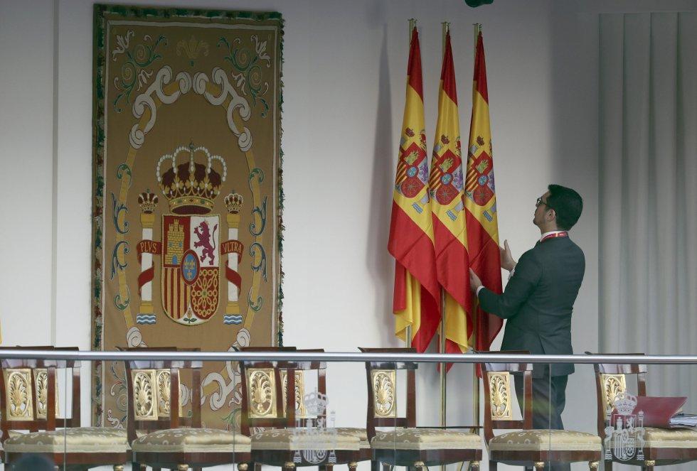 Un operario ultima los detalles en la tribuna de autoridades que presidirán los Reyes durante el acto central del Día de la Fiesta Nacional.