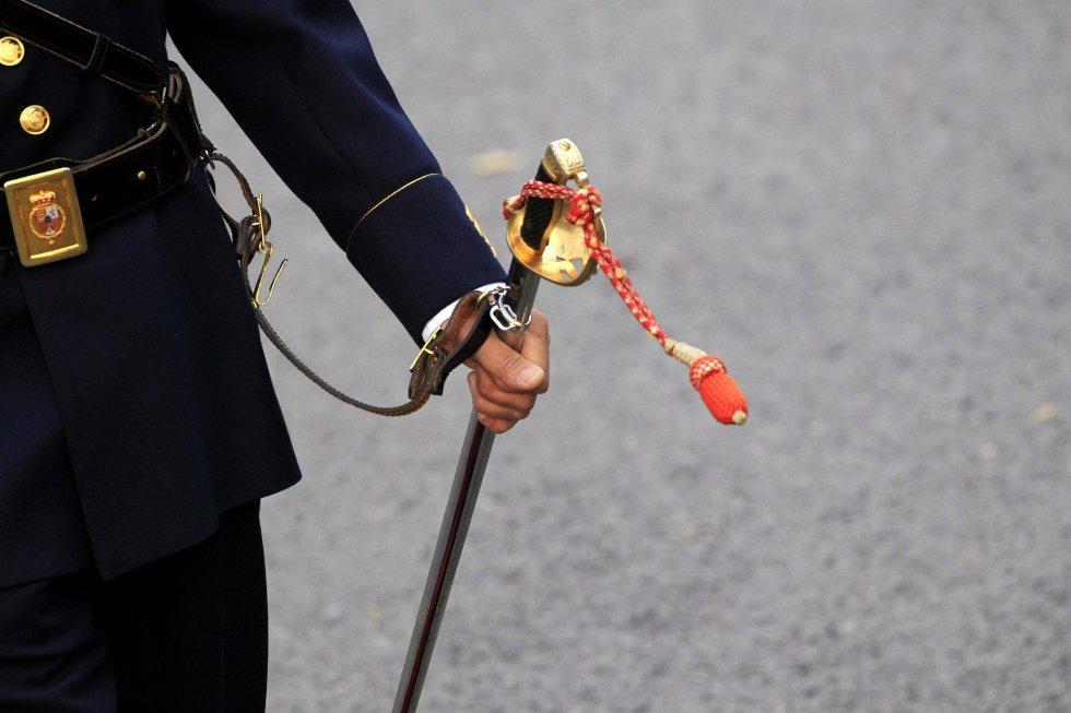 Detalle del sable de un integrante del cuerpo de la Guardia Real, durante el desfile del Día de la Fiesta Nacional.