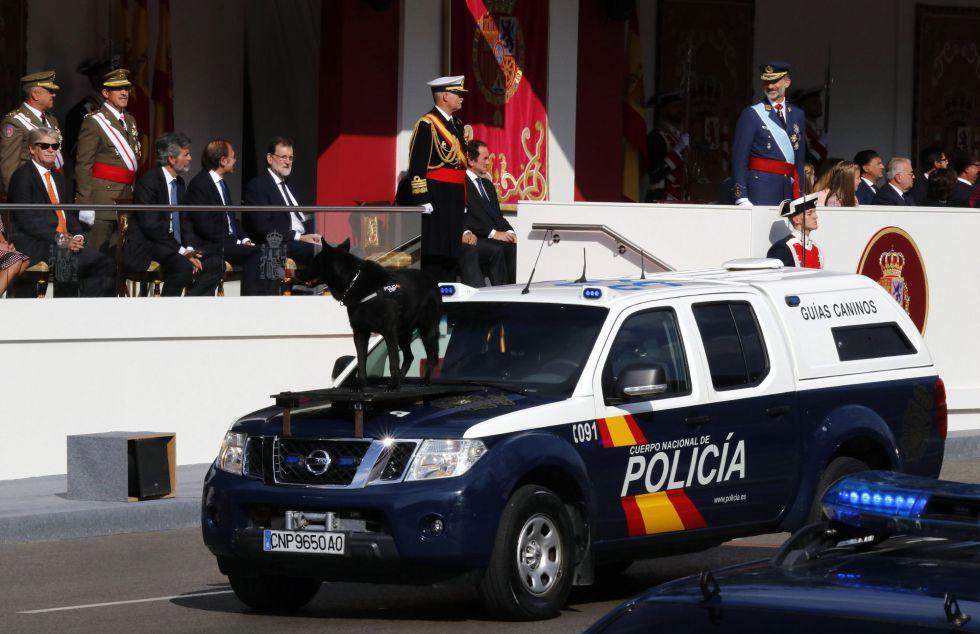 Un vehículo de guías caninos de la Policía Nacional participa en el desfile que presiden los Reyes en el Día de la Fiesta Nacional, al que asiste el Gobierno en pleno y la mayoría de líderes políticos. Es la primera vez desde hace más de 30 años, que la Policía Nacional participa en el desfile.