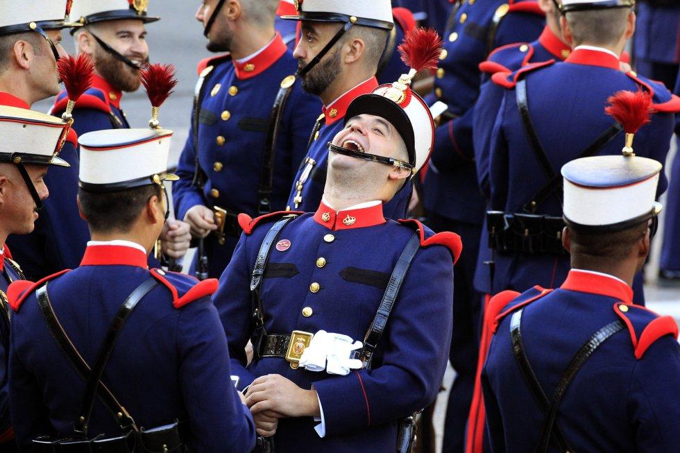 Componentes de la Guardia Real conversan animadamente antes del inicio del desfile del Día de la Fiesta Nacional que presiden los Reyes, y al que asisten el Gobierno en pleno, encabezado por Mariano Rajoy, y la mayoría de líderes políticos.