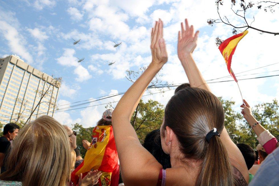 Una mujer aplaude al paso del Ejército.