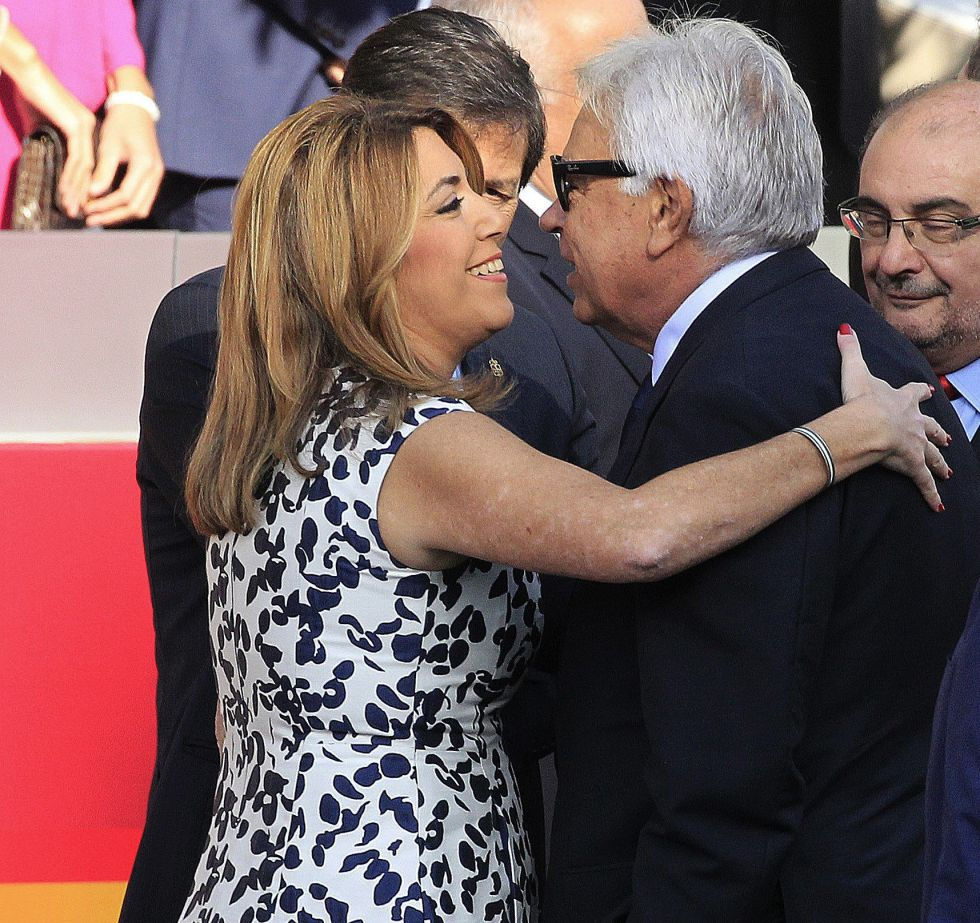 La presidenta de la Junta de Andalucía, Susana Díaz, saluda al expresidente del Gobierno, Felipe González, durante el desfile del Día de la Fiesta Nacional.
