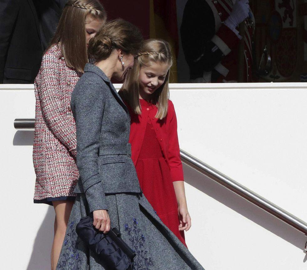 La reina letizia junto a sus hijas, la princesa de Asturias y la infanta Sofía, tras el desfile del Día de la Fiesta Nacional que han presidido hoy los Reyes.