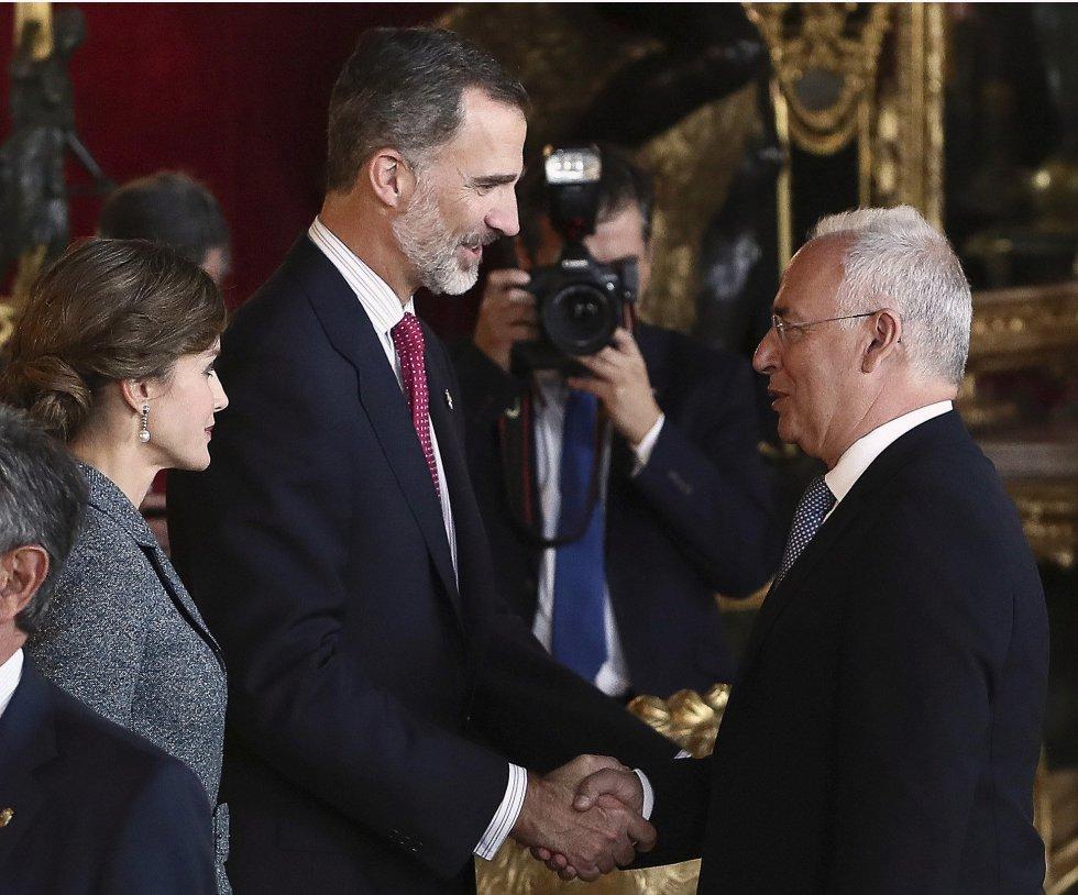 Los Reyes saludan al presidente de La Rioja, José Ignacio Ceniceros, a su llegada a la tradicional recepción ofrecida hoy en el Palacio Real con motivo del Día de la Fiesta Nacional.
