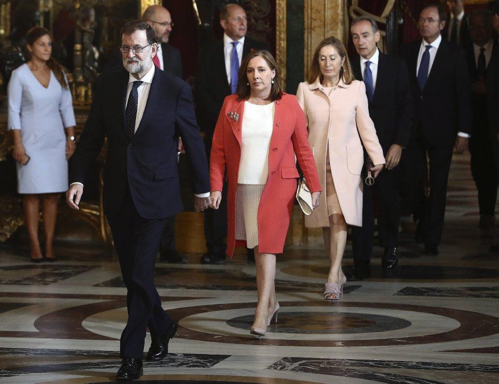 El presidente del Gobierno, Mariano Rajoy, seguido de su mujer, Elvira Fernández, a su llegada a la tradicional recepción ofrecida por los Reyes hoy en el Palacio Real con motivo del Día de la Fiesta Nacional.