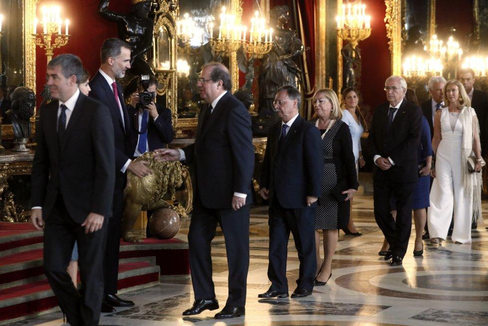 Los Reyes saludan al presidente de Castilla y León, Juan Vicente Herrera, a su llegada a la tradicional recepción ofrecida hoy en el Palacio Real con motivo del Día de la Fiesta Nacional. EFE/Fernando Alvarado