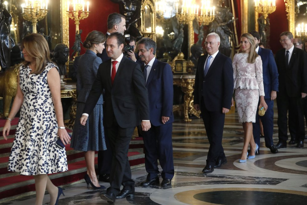 Los Reyes saludan al presidente de Cantabria, Miguel Ángel Revilla a su llegada a la tradicional recepción ofrecida hoy en el Palacio Real con motivo del Día de la Fiesta Nacional.