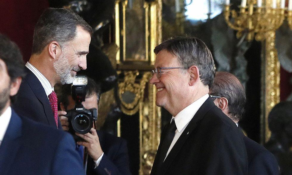 Los Reyes saludan al presidente de la Generalitat Valenciana, Ximo Puig, a su llegada a la tradicional recepción ofrecida hoy en el Palacio Real con motivo del Día de la Fiesta Nacional.