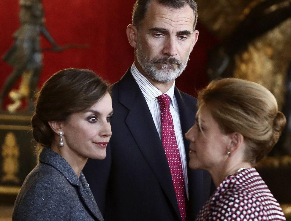 Los Reyes saludan la ministra de Defensa, María Dolores de Cospedal, a su llegada a la tradicional recepción ofrecida hoy en el Palacio Real con motivo del Día de la Fiesta Nacional.