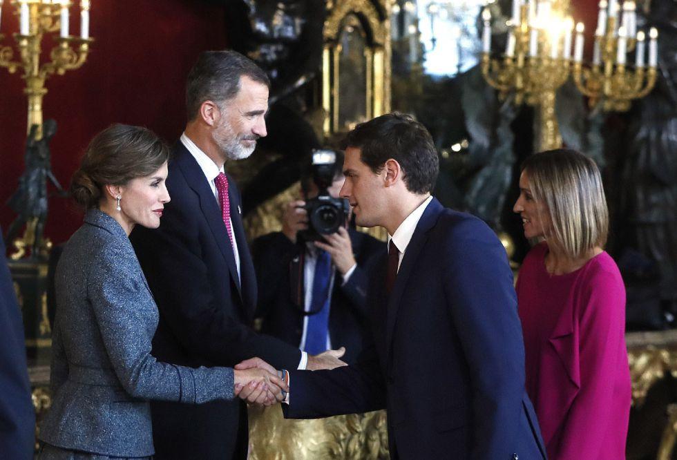 Los Reyes saludan al presidente de Ciudadanos, Albert Rivera, y su mujer Beatria Tajuelo, a su llegada a la tradicional recepción ofrecida hoy en el Palacio Real con motivo del Día de la Fiesta Nacional.