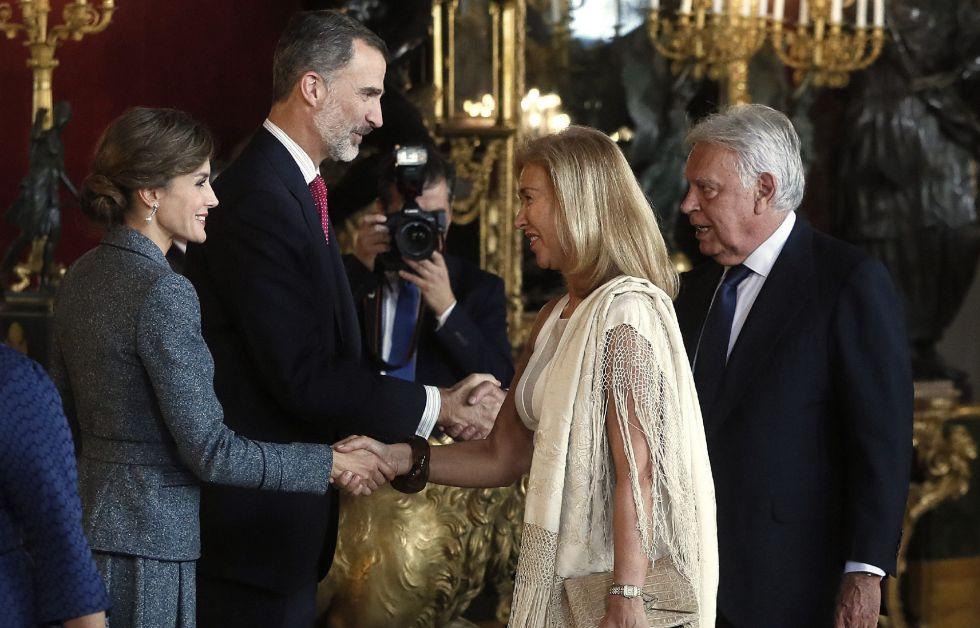 Los Reyes saludan al expresidente del Gobierno Felipe González y su mujer, María del Mar García Vaquero, a su llegada a la tradicional recepción ofrecida hoy en el Palacio Real con motivo del Día de la Fiesta Nacional.