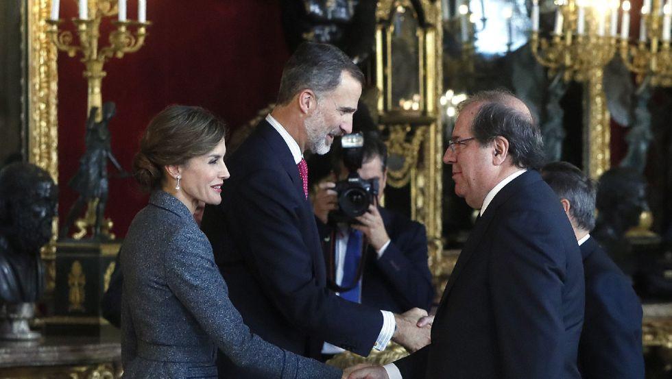 Los Reyes saludan al presidente de Castilla y León, Juan Vicente Herrera, a su llegada a la tradicional recepción ofrecida hoy en el Palacio Real con motivo del Día de la Fiesta Nacional.