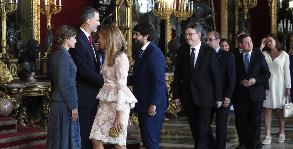 Los Reyes saludan al presidente de Murcia, Fernando López Miras, a su llegada a la tradicional recepción ofrecida hoy en el Palacio Real con motivo del Día de la Fiesta Nacional.