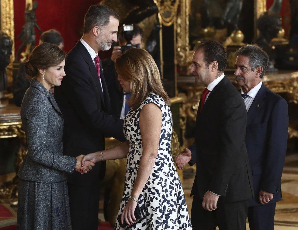 os Reyes saludan a la presidenta de Andalucía, Susana Díaz, y su marido José María Moriche, y al presidente de Cantabria, Miguel Ángel Revilla, a su llegada a la tradicional recepción ofrecida hoy en el Palacio Real con motivo del Día de la Fiesta Nacional.