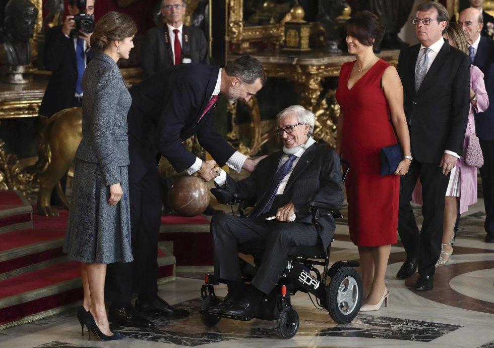 El rey Felipe (2i), acompañado por la reina Letizia (i), saluda al exbanquero Francisco Luzón