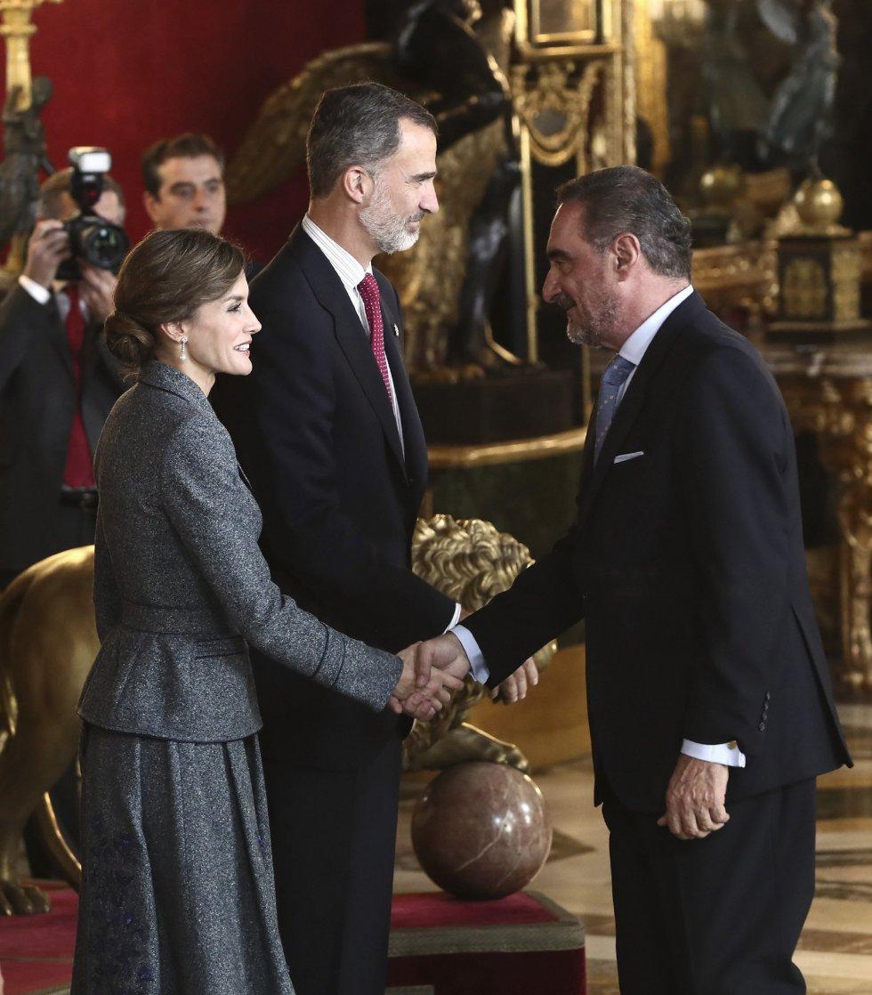 GRA361. MADRID, 12/10/2017.- Los Reyes saludan al periodista Carlos Hererra a su llegada a la tradicional recepción ofrecida hoy en el Palacio Real con motivo del Día de la Fiesta Nacional. EFE/Mariscal