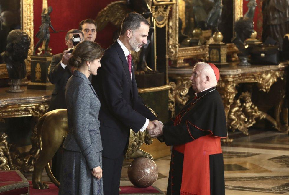 Los Reyes saludan al arzobispo de Valencia, el cardenal Antonio Cañizares
