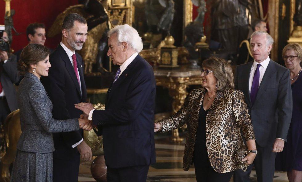Los Reyes saludan al periodista Luis del Olmo a su llegada a la tradicional recepción