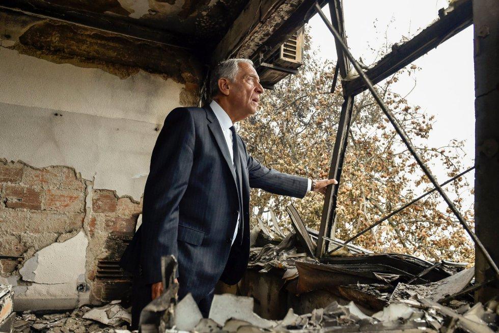El presidente luso, Marcelo Rebelo de Sousa, visita el parque industrial Oliveira de Frades calcinado, durante una visita a los municipios del centro del país afectados por los incendios forestales