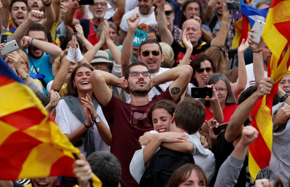 Partidarios de la independecia celebran la declaración del Parlament de Cataluña.
