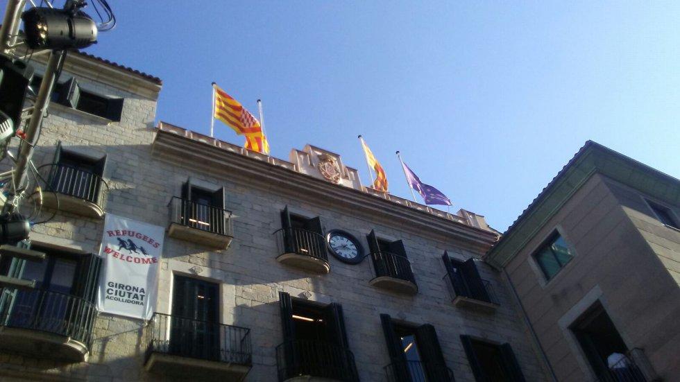 Fachada del Ayuntamiento de Girona. La bandera de España se ha retirado.
