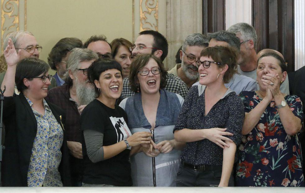 La diputada de la CUP, Anna Gabriel (2i), junto a diputados de su formación muestran su alegría en los pasillos del Parlament.